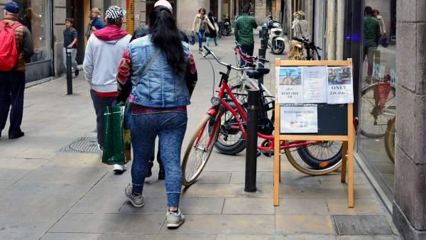 Tiendas que colocan sus anuncios en calles peatonales impidiendo el paso, sobre todo a invidentes.