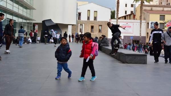 Los peatones han de sortear a los skaters en la plaza dels Àngels.