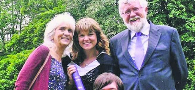 Jo Cameron, la mujer 'inmune' al dolor (a la izquierda).