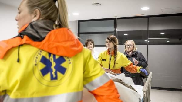 Equipo de salud del SEM trasladan una persona a urgencias.