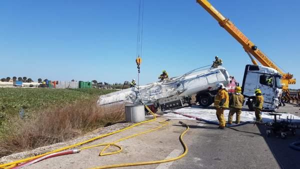 Unos 50 bomberos trabajan durante diez horas para retirar el camión cisterna que
