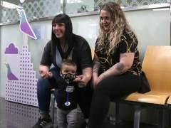 Derek, el primer niño burbuja diagnosticado a partir de la prueba del talón, y sus dos madres, en el Hospital Vall d'Hebron.