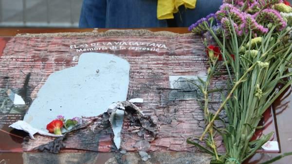 Primer plano de la placa de Via Laietana en recuerdo de las torturas franquistas en la Jefatura de Policía Nacional, quemada.