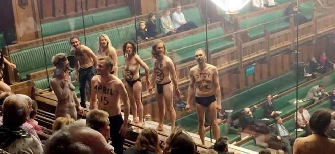 Activistas semidesnudos en el Parlamento Británico