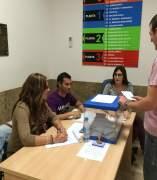 Una persona deposita un voto en las urnas