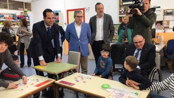 Aguado, en una visita a un centro de educación especial, este martes.