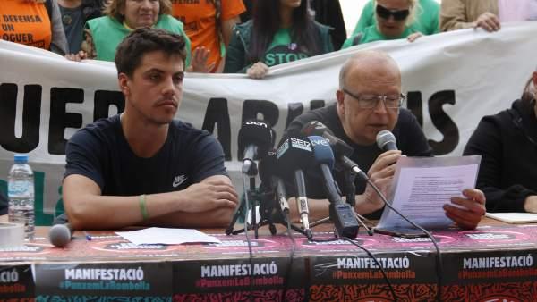 Dos de los portavoces del movimiento en defensa de la vivienda durante la rueda de prensa que han ofrecido en la plaza de Sant Jaume.