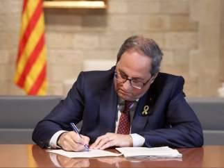 El president de la Generalitat, Quim Torra, firma la notificación del TSJC.