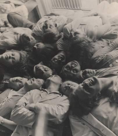 Lotte Beese: foto de grupo en el taller de tejido, Dessau Bauhaus, 1928 © Ariane y Maurizio Stam, Krimpen, NL / Foto © Bauhaus Archive, Berlín