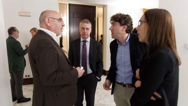 Urkullu junto a tres diputados socialistas del Parlamento vasco.