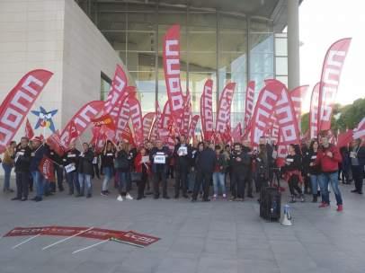Un grupo de trabajadores se manifiesta en València por el ERE de CaixaBank