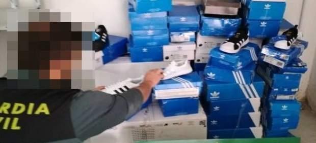 La Guardia Civil interviene en Tàrrega (Lleida) zapatillas deportivas Adidas fal