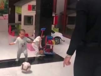 Cristiano Ronaldo juega con su hijo Mateo