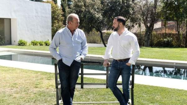 ¿Cuánto mide Santiago Abascal? - Estatura real: 1,80 - Página 3 923905-600-338