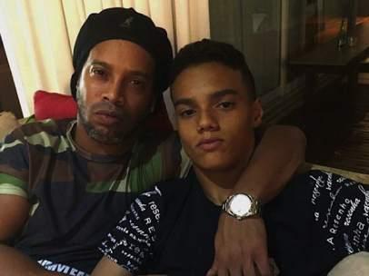 El hijo de Ronaldinho firma su primer contrato