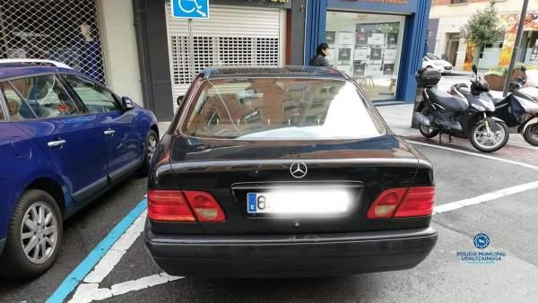 Retirado un vehículo en Pamplona por estacionar en una zona para movilidad reduc