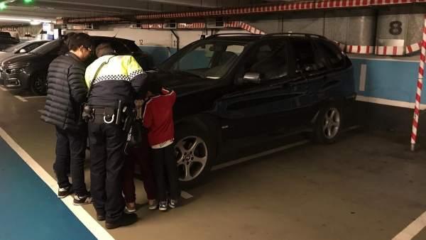 Investigado por dejar a sus dos hijos en un parking mientras iba al casino.
