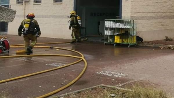 Desallotgen cinc fàbriques a Elx per un incendi en una nau de prefabricats