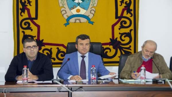En el centro, el alcalde de Carboneras, Salvador Hernández (Gicar)