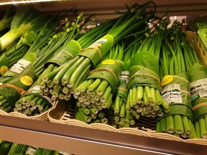 Hojas de plátano envolviendo productos de supermercado