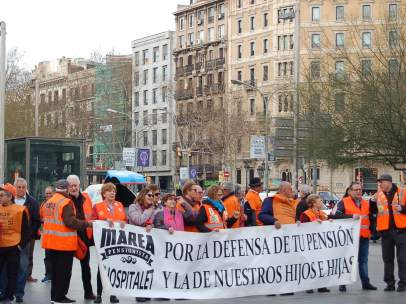 Miembros de la Marea Pensionista en la Plaza Universidad.