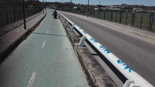 Sevilla.- Denuncian la circulación de ciclomotores y motos en el carril bici del