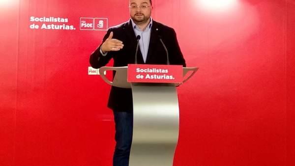 El secretario general de la FSA, Adrián Barbón, en rueda de prensa