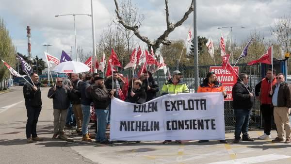 Trabajadores de Eulen Logística se concentran frente a Michelin por el ERE plant