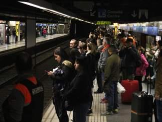 Andén del metro de Barcelona lleno de pasajeros en la estación de Sagrada Família (L5) a causa de la huelga de la plantilla en protesta por la presencia de amianto en las instalaciones.