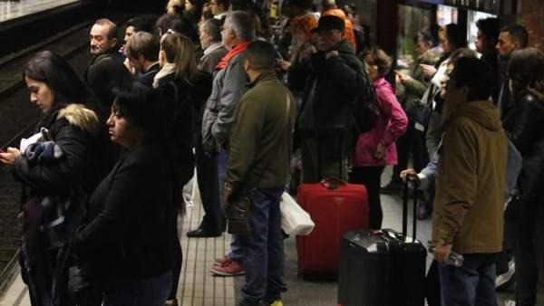 Andén repleto de pasajeros por la huelga del metro de Barcelona