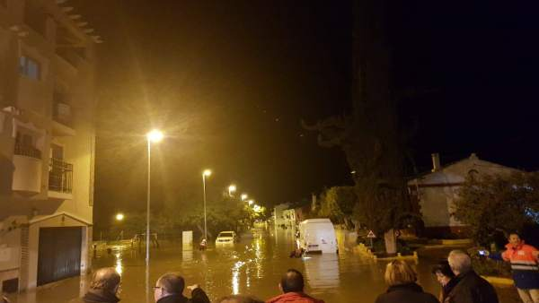 Calles anegadas por la rotura de una tubería en El Trapiche, pedanía de Vélez Má
