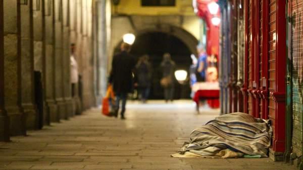 Persona sin hogar en la Plaza Mayor
