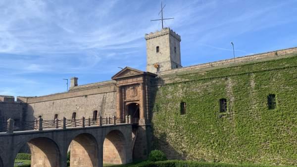 AV.- Colau desaloja la asociación Amics del Castell de Montjuïc de la oficina que ocupaba