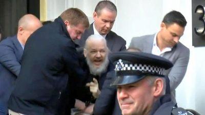 Resultado de imagen para Varios policías sacan a Assange por la fuerza y esposado de la embajada