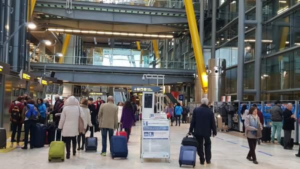 c01a5486eb7 El personal de seguridad del aeropuerto de Barajas inicia una huelga  indefinida coincidiendo con la Semana Santa