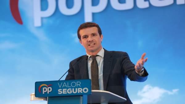 Pablo Casado clausura en un mitin con simpatizantes del PP vasco en Vitoria