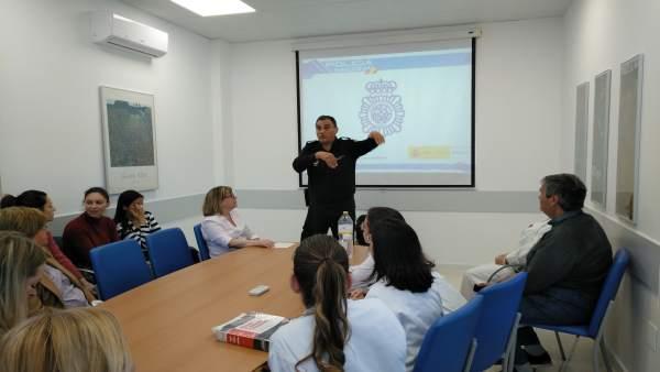 Málaga.- El interlocutor policial sanitario asesora a profesionales de la salud para actuar ante agresiones o amenazas
