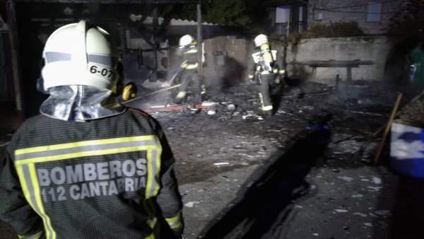 Extinguido sin heridos un incendio en cámping de Valdáliga al quemarse una construcción cercana a un depósito de gas