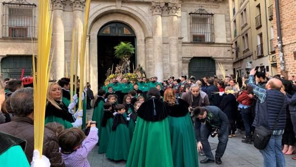 S. Santa.- El buen tiempo acompaña a los miles de vallisoletanos que arropan la procesión de 'La Borriquilla'