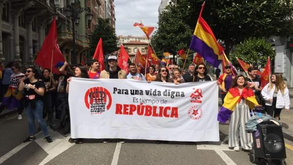 Una manifestación cruza el centro de Oviedo reclamando una tercera república