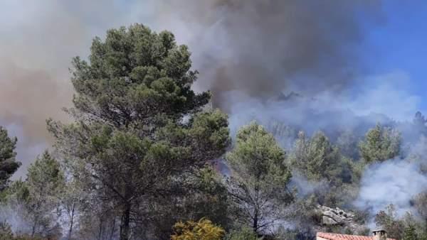 Alicante.- Medios aéreos y terrestres trabajan en la extinción de un incendio en Castell de Castells