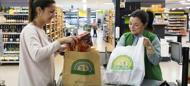 Mercadona culmina la sustitución total de las bolsas de plástico por otras de papel y de material reciclado