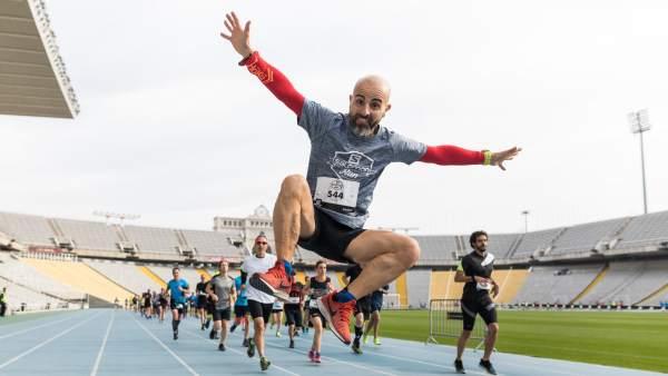 Los atletas de la Salomon Run, a su paso por el estadio olímpico