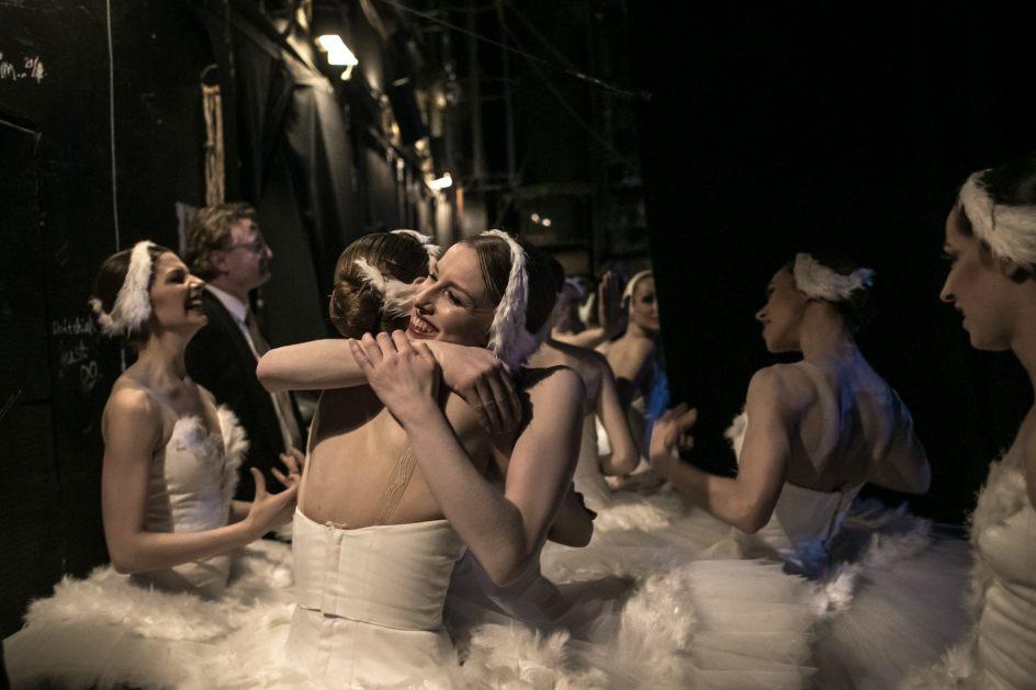 Abrazos de satisfacción. Las bailarinas del Ballet Nacional checo celebran tras el telón el estreno de 'El lago de los cisnes'.