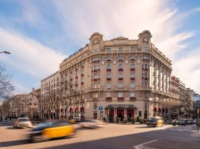 La fachada del Hotel Palace de Barcelona vista desde la Gran Via.