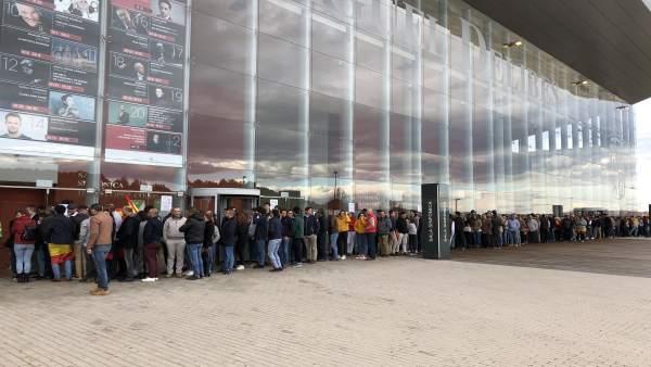 28A.- Largas Colas Para Asistir Al Acto De Santiago Abascal En Valladolid