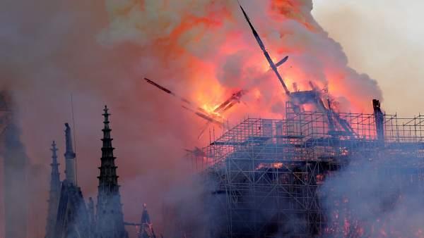 Cae la aguja central de la catedral