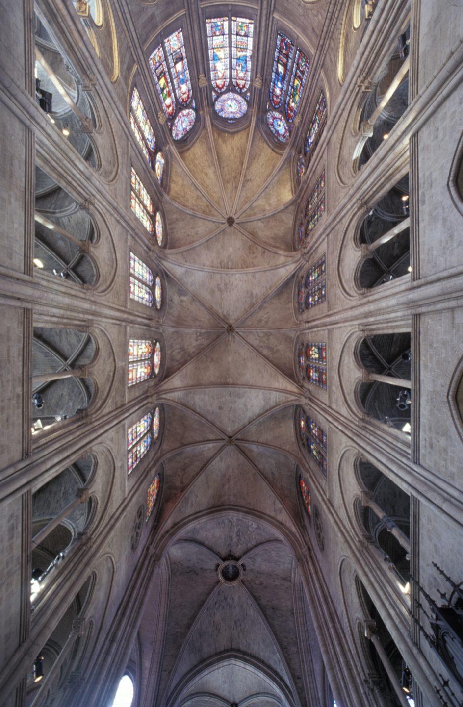 Bóveda de la nave central. Vista de la bóveda de crucería de la nave central de Notre Dame y las vidrieras de la girola de la iglesia más famosa de París.