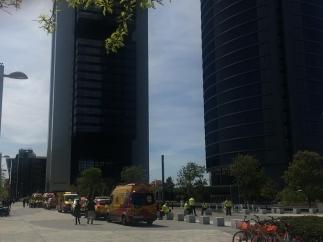Imagen del desalojo de la Torre Espacio de Madrid