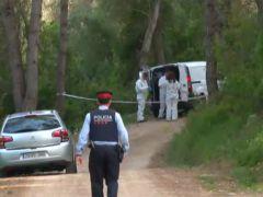Un grupo de policías recogen pruebas de un crimen.